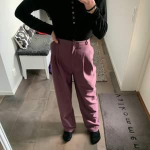 Supercoola lila trendiga oversized kostymbyxor från junkyard i fint skick