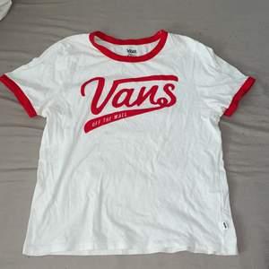 AV NÅGON ANLEDNING SÅ KAN JAG EJ SVARA PÅ MEDDELANDEN PÅ DENNA ANNONS, ÄR DU INTRESSERAD SÅ SKRIV GÄRNA FAST PÅ EN ANNAN ANNONS, tack 💗😩 T-shirt från Vans. Knappt använd så i fint skick. Storlek S. Frakt betalar köpare. 💗