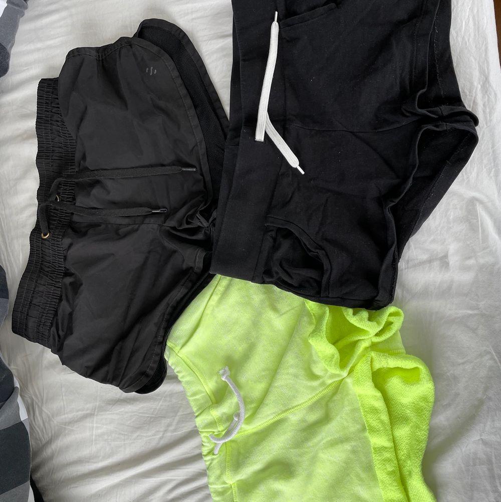 Två par mjukisshorts och ett par träningsshorts. 20kr/st eller alla för 50. Shorts.