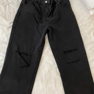 Snygga svarta slitna jeans, sldrig använda.