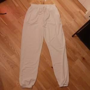 Oversized mjukisbyxor från Missguided i storlek 38, passar mindre också eftersom det finns snörning.