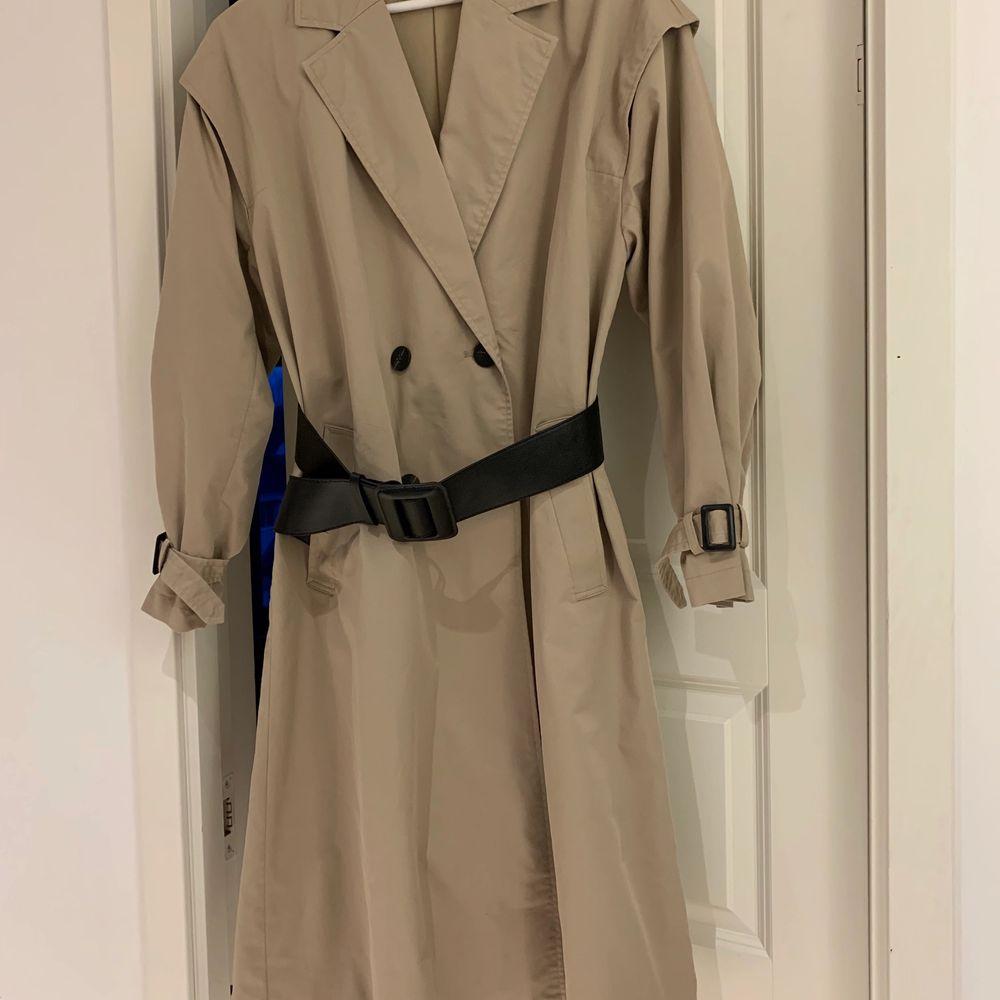 """Hej! Säljer denna trenchcoaten köpt på Zara för 1099kr som jag andvänt ett fåtal gånger, så i väldigt bra skick! Det tillkommer ett super fint svart """"läder"""" skärp. Säljer den för endast 300kr, Då den inte kommer till användning, tyvärr. Den är även vattentät och den sitter super fint på! Kan såklart skicka fler bilder om så önskas!😊. Jackor."""