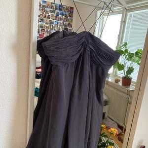 Säljer en trendig klänning med fina detaljer på halsen från Zara. Den är köpt för några år sedan. Det är storlek M men skulle säga att det är ett S💖Knappt använd då den är lite för liten på mig!