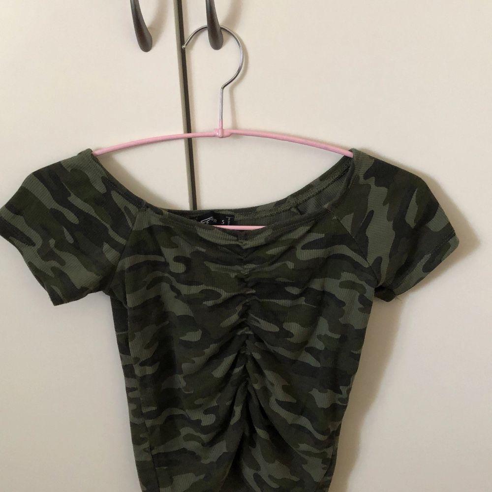 En jättefin off shoulder tröja i militär mönster. Stolek S. Använd ett fåtal gånger, fint skick. . Toppar.
