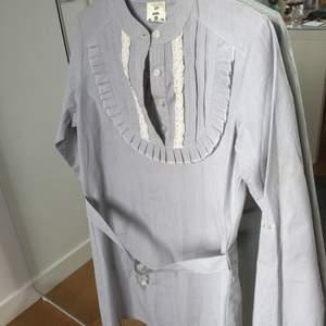 Superhäftigt vit/blå klänning som är lite Madicken/Emil i Lönneberga inspirerad. Denna är tyvärr för liten för mig men tycker den är sjukt cool. Skrivet strl S men skulle säga XS. Hör av er vid frågor💘
