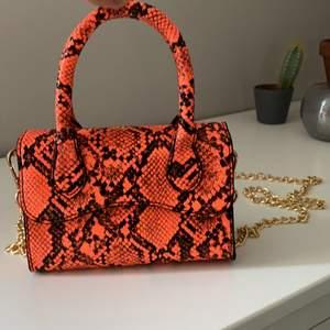 Så cool neon orange väska ifrån ASOS. Aldrig använd och är den perfekta lilla coola väskan!