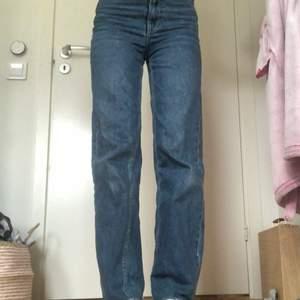 Jätte fina mörkblåa wideleg jeans i jätte fint skick💞💞 och jag är 167,5🥰💞 frakt mellan 62 och 79kr