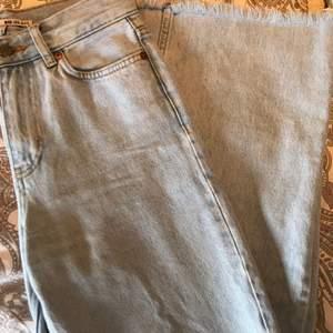 Ett par ljusa wide leg jeans köpta på junkyard, jeansen har inga vidare skador eller hål. Har klippt jeansen efter min egna längd (1,68cm) så det går precis ner till hälen.    Köparen står för frakten✨✨✨ 270+frakt