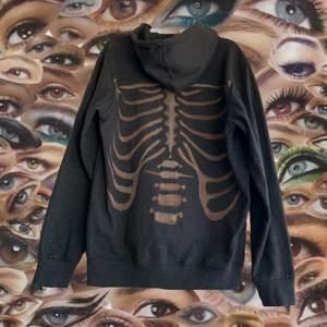 Skiiitball svart oversized hoodie jag blekt ett skelett på🥰. Det är permanent och ascoolt.   Perfekt för dig som är lite alternativ. Men även för dig som gillar basics med en edgy twist.💕💕