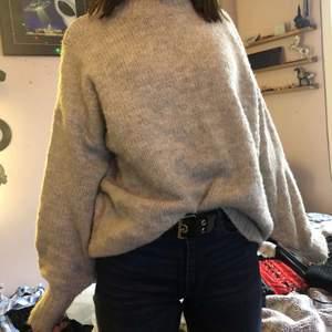 Stickad ljusgrå tröja från Lager 157! Ganska oversized med puffiga armar. Bara använd några få gånger och i väldigt bra skick❤️
