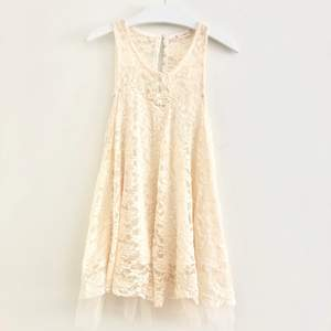 Vit klänning med spets, använt den en gång på studenten!  3 för 100kr på min profil, köparen står för frakt 📩