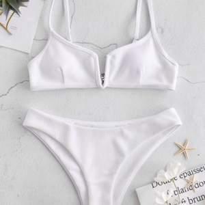 Vit bikini i storlek M (både över-och underdel) från Zaful. Köptes förra året men är aldrig använd då den inte passade. Inlägg i överdelen. Köpare står för frakt på 45 kr.