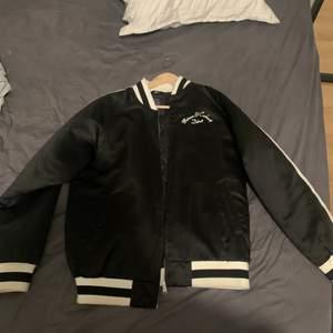 Varsity jacka från Carrhart x Motown. Använd fåtal ggr. Nypris 4k. Inköpt på Paul n friends på NK.