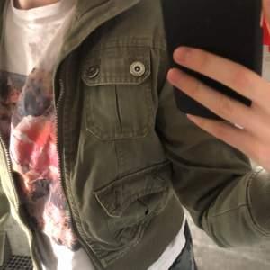 En skit snygg vintage jacka ifrån WeeTweens by kappahl. Storlek 152 men jag som är 164 kan ha den, men är endast lite kort i ärmarna.