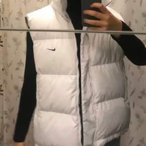 Intressekoll på min feeeta Nike-väst! Köpte den här på plick i höstas men har endast använt den fåtal gånger. Den är i nyskick och helt ren! Säljer vid bra bud💕 (bilderna är lånade från Moa Morris som jag köpte den av)