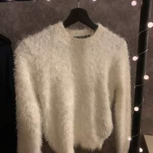 Vit fluffig tröja ifrån Newyorker. Tröjan är i strl xs. Väldigt skön!