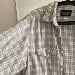 Så fin oversize skjorta i felfritt skick. Köpt second hand men kommer inte till användning. Fraktas spårbart