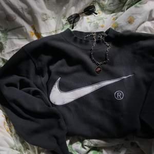 En såsåså fin nike sweatshirt, köpt av en vintage sida på instagram!! Kommer tyvärr inte till användning. GALEN passform😩😩 Köpare står för frakt! Bud vid stort intresse