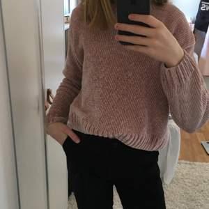 virkad rosa tröja från Kappahl! Jätte skön, bekväm och använd någon gång. Väldigt fint skick. Säljer pågrund av att den alldrig kommer till användning. Sticks inte. Den är jätte mjuk!