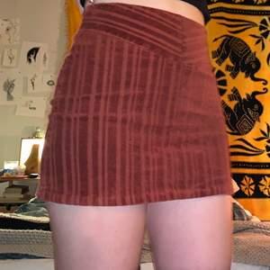 Säljer denna fina minikjol som jag köpte till en skolavslutning för ett par år sedan och som sedan aldrig kommit användning igen😊 Den är som ny och tyget är stretchigt och mjukt❤️ (FRAKT 40KR)