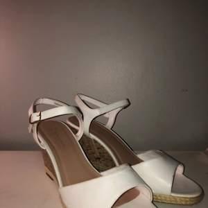 Ett par vita klackskor med storlek 40 (wide fit) modell new look