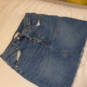 En perfekt sommar jeans kjol från ginatricot storlek 34, snabb affär kan gå med i pris