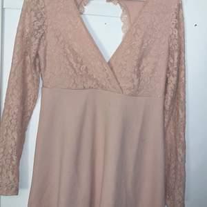 En fin rosa klänning från bubbelroom, använd 1 gång  säljer den så den e för litten fram sitter fint
