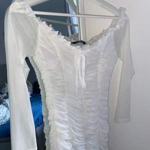 En vit super snygg klänning i storlek M. Aldrig använd