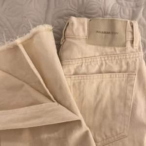 Jeans med slits ifrån Pull&Bear. Ganska raka i modellen med slits på utsidan.
