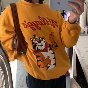 hejsan spejsan, jag säljer nu denna jättefina slutsålda sweatshirt från kollektionen kelloggs ifrån bershka som var köpt för några år sen. Köp direkt för 250kr eller buda från 100kr ❤️ köparen står för frakten. det är storlek S men den sitter oversized på mig :)
