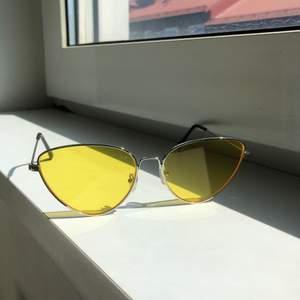 Riktigt härliga cateye solglasögon som är lätt att matcha till alla möjliga outfits. Passar dessutom perfekt till sommaren!!:)