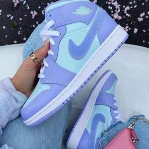 💜Säljer dom här superfina Jordan 1 mid's i färgen Purple Aqua! Storlekarna som finns är 40,5 och 41x2! Äkthetsgaranti, kvitto finns och följer med skorna! Frakten står köparen för, jag skickar spårbart!