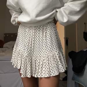 Super söt kjol från zara, använd 1 gång 🧸 storlek S men passar mig som är en XS o passar upp till M