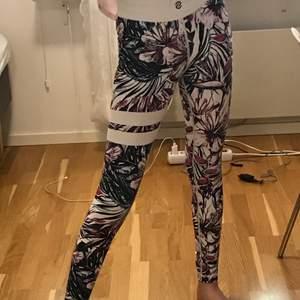 """Säljer dessa stronger tights i modellen """"Aloha"""". Storlek S. Använda men i okej skick. 300 kr + frakt"""