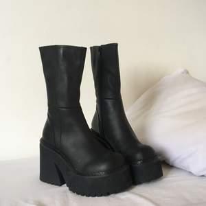 Unif parker boots storlek 36, helt oanvända. Säljes pga fel storlek