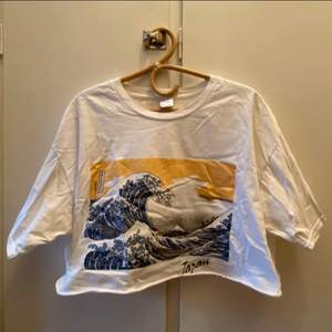 """Avklippt vit tshirt Storlek 3XL men sitter som en vanlig L, den är köpt i Japan så storleken är lite överdriven. Trycket är målningen """"The Great Wave of Kanagawa"""". Kan mötas upp i centrala gbg, annars står köparen för frakt☺️"""