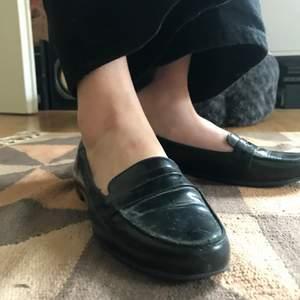 Säljer ett lat vagabond loafers i fantastiskt skick! Äkta läder och storlek 39 (dom e små i storleken jag e en 38,5/39 å dessa passar mig!😊)