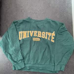Gina Tricot sweatshirt i grön! Använd fåtal gånger, köpt här på plick❤️kan strykas om så önskas👍☺️Förgen visas mest rättvist på bild 2💖