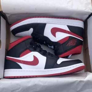 Hejsan. Säljer dessa helt nya Jordan 1s. Aldrig använda eller testade, kvitto finns givetvis. Skorna är perfekta till sommaren då de är bekväma och luftiga men framförallt sjukt stilrena:) STORLEK - 40.5 BUDA PÅ!! (Frakt tillkommer på 99kr med spårbart paket