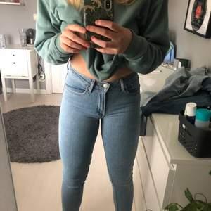 Jättefina jeans från Levis i modellen high rise skinny (721) I bra skick. enda defekten är en lagning i grenen men som är gjord av professionell sömmerska. Jättebra gjort så syns knappt. Se på bilden hur de sitter på mig som är 168.