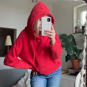 Röd hoodie i storlek S men lite oversized! Från bikbok! Så skönt material och fin kvalite, inga defekter eller slitage heller. Skriv vid frågor eller funderingar ❤️