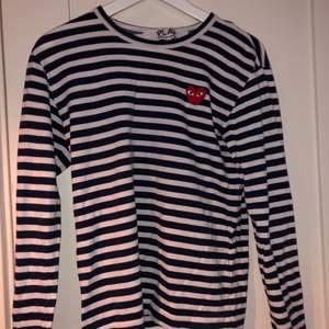 Hej! Säljer min snygga cdg tröja då jag inte använder den längre. Den är i bra skick.