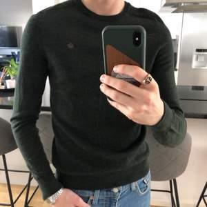 Mörkgrön tröja från Morris i 100% ull. Knappt använd och rätt så ny, därav är den 10/10 i skick. Den är i storlek S och är för liten för mig, därför säljer jag den. Kan mötas upp eller skickas(köparen står för fraktkostnad)