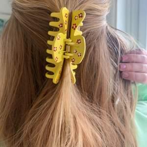 Handmålad hårklämma med små blommor! 💖 tillverkas endast en gång! Kostar 70 kr med FRI FRAKT 🥰