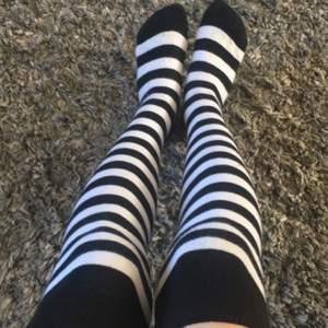 As coola svart-vit randiga knä strumpor som är väldigt stretchiga, köpta på blufox för typ 80/90kr
