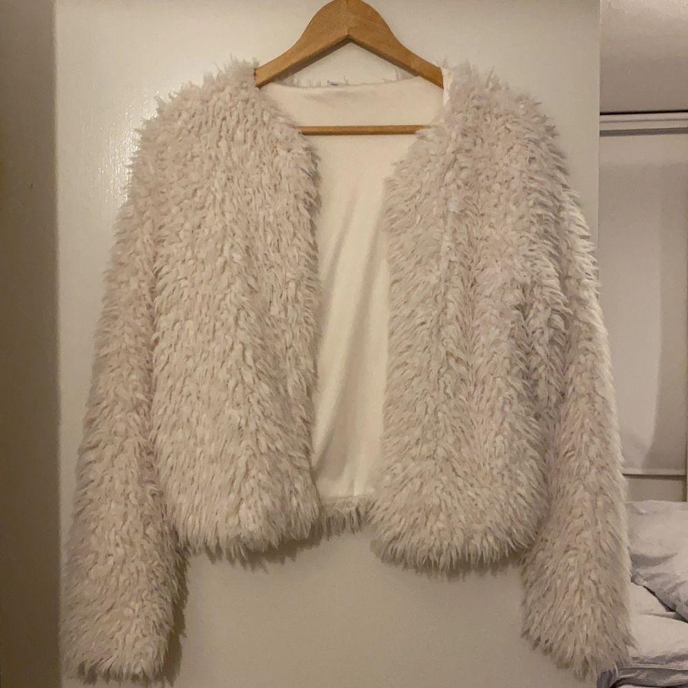 En vit päls tröja av fusk päls. Utsidan är go och fluffig medans insidan är av lent material, otroligt varm och skön, priset kan såklart diskuteras✨. Tröjor & Koftor.