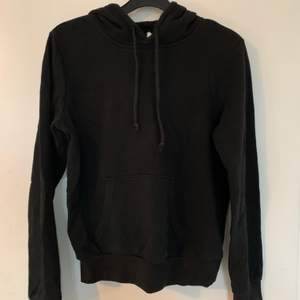 svart hoodie från h&m med luva bak och ficka på magen. storlek xs. nypris 149kr. frakt ingår 🤎