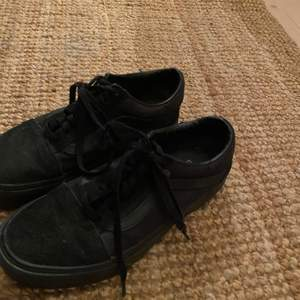 Snygga Vans skor med lite högre sula. Är i storlek 37 men passar mig som är en 38,5. Säljer för 250kr.