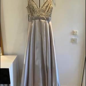 Super vacker bal/fest klänning i silver med stenar på överdelen. Lång klänning lite prinsess aktig, super fin till bal eller fest. Min är använd endast 1 kväll & är i nyskick. Köptes för 5999 kr. Säljer den för 2500 kr. För fler bilder så hör jättegärna av er!✨ kan eventuellt gå ner lite i pris!