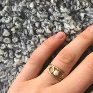 Fin ring med en vit pärla. Ringen är hemtillverkad och finns i flera olika storlekar. För att hitta storleksguiden så går du in på min Instagrams sparade storysar där du även kan hitta mer information om mina smycken. På instagram heter jag crystalclear. accessories. Du kan självklart köpa flera smycken tillsammans, därför är det en bra idé att kolla till mina andra smycken jag säljer. Köparen står för frakten och jag går inte med på att mötas vid köp😊